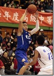 能仁家商9號陳盈駿(左)找空檔傳球此役他拿下10次助功